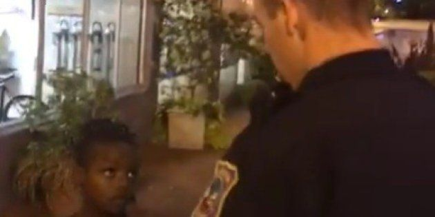 El vídeo de un policía blanco identificando a tres niños negros que indigna en