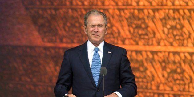 Bush interrumpe a Obama para que le haga una foto y su cara lo dice
