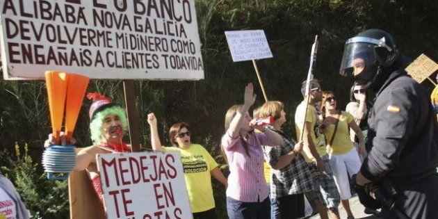 Cientos de afectados por las preferentes protestan Soutomaior, donde Rajoy abre el curso