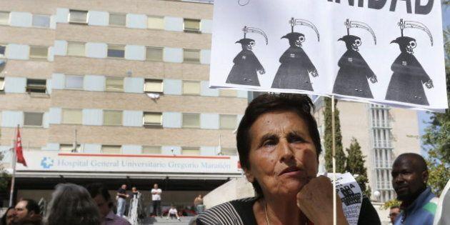 Cientos de personas protestan en Madrid contra la retirada de la tarjeta sanitaria a los 'sin papeles'