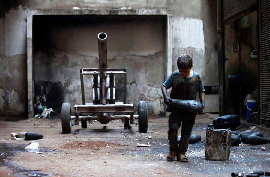 Infancia robada en Siria: Issa, un niño de 10 años que trabaja en una fábrica de armas