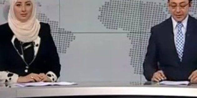 Una mujer con velo presenta el telediario en la televisión estatal de Egipto por primera