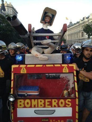 Bomberos frente al incendio