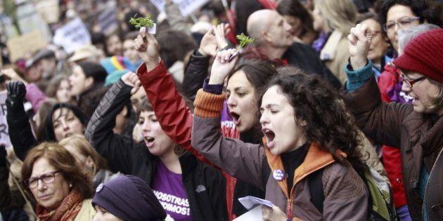 Miles de personas se manifiestan en Madrid con ruda y perejil contra la ley de Gallardón