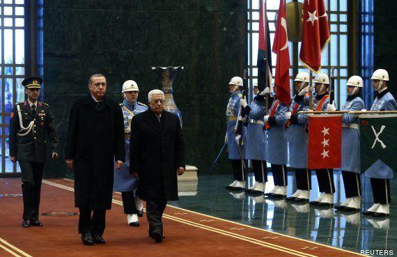 La recepción 'imperial' con soldados de Erdogan a Abás