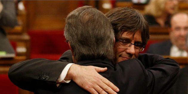 Carles Puigdemont se convierte en president de Cataluña asumiendo el programa de