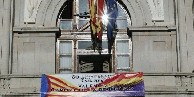 Varios ayuntamientos cuelgan en sus balcones la bandera de la