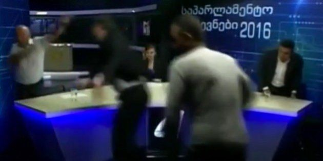 Dos políticos georgianos, a mamporrazo limpio en pleno debate