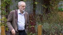 Corbyn no se arrodilla ante la reina Isabel