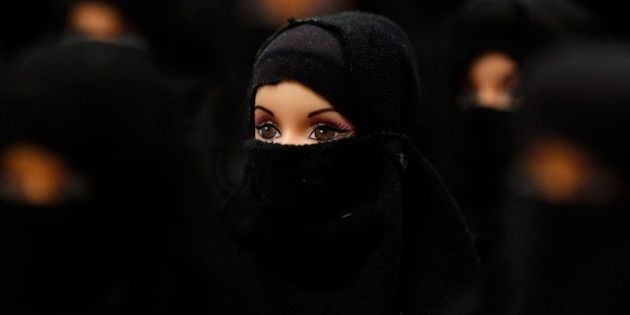 Instalación de Sabine Reyer: 100 Barbies con lo que suele llamarse burka