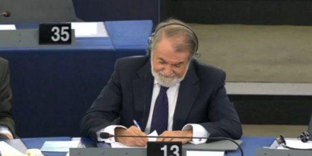 Mayor Oreja, Bárcenas y el paro protagonizan una polémica en el Parlamento