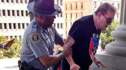 El policía de la foto está dando una LECCIÓN a todos los