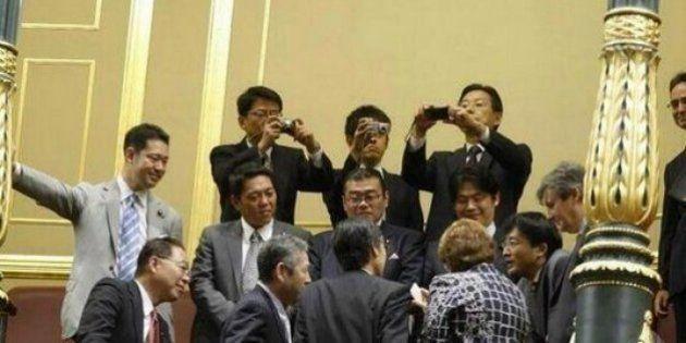Una delegación de Japón presencia las goteras en el hemiciclo del