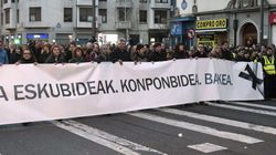Miles de personas secundan la manifestación convocada por el PNV y