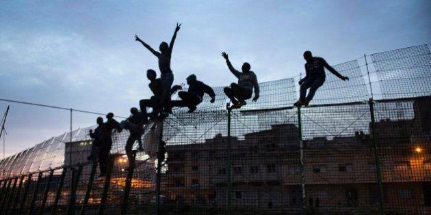 Unos 700 inmigrantes tratan de entrar en Melilla a través de la valla y una treintena lo