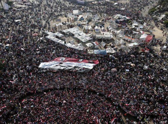 El muro humano que protege de abusos a las mujeres que protestan en Tahrir