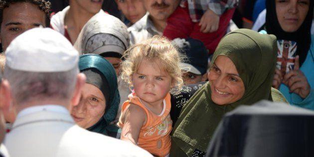 El papa Francisco se lleva a Roma a una docena de refugiados de