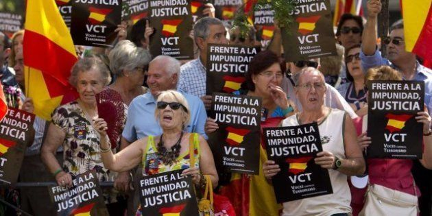 Cerca de mil personas protestan contra la puesta en libertad del preso de ETA Josu Uribetxebarria