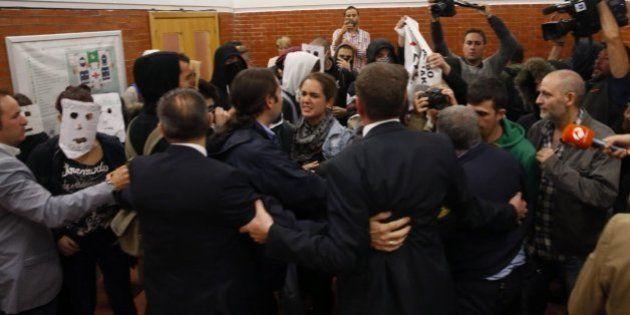 Decenas de jóvenes boicotean un acto de Felipe González en la