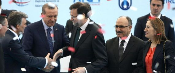 Rajoy va a la inauguración de una línea de metro... y acaba en un mitin