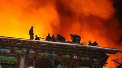 Un gran incendio arrasa un milenario pueblo tibetano de