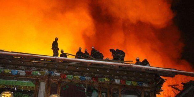 Un gran incendio arrasa un milenario pueblo tibetano de Shangri-la