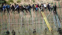El último inmigrante subido a la valla de Melilla se baja tras 16