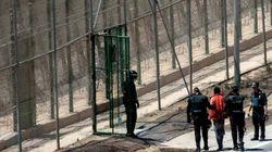 Otros seis inmigrantes encaramados a la valla de Melilla, entregados a