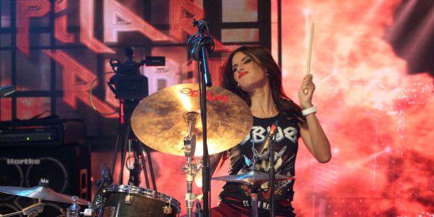 Pilar Rubio cumple su sueño y toca la batería con