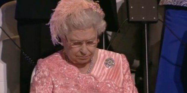¿Pero qué hace la reina Isabel II durante la inauguración de las Olimpiadas?