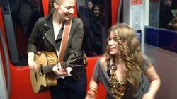 Dos cantantes de metro (y un espontáneo) revolucionan las redes cantando