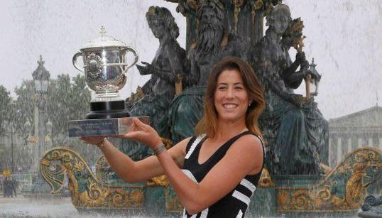 Garbiñe luce sonrisa y trofeo en París
