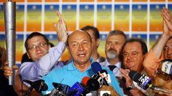 Basescu sortea su destitución por la escasa participación en el