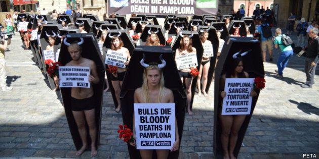 San Fermín 2013: cincuenta personas protestan semidesnudas y en ataúdes contra los encierros