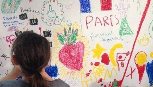 Una madre parisina anima a los niños a que dibujen sus