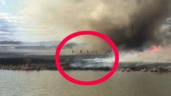 El momento en el que un tornado de fuego sorprende a los bomberos