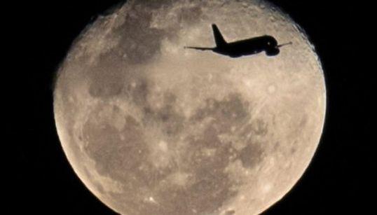 Un avión a punto de rozar la luna y otras fotos del