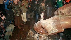 Manifestantes derriban y rompen a mazazos una estatua de Lenin
