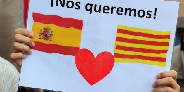 Miles de personas se manifiestan en Barcelona contra la independencia de