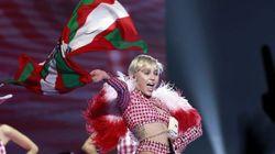 Sí, esta es Miley Cyrus ondeando una ikurriña... ¡en Barcelona!