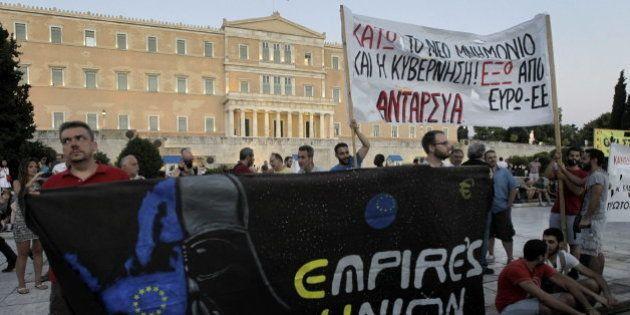 Grecia vota nuevas reformas con protestas frente al