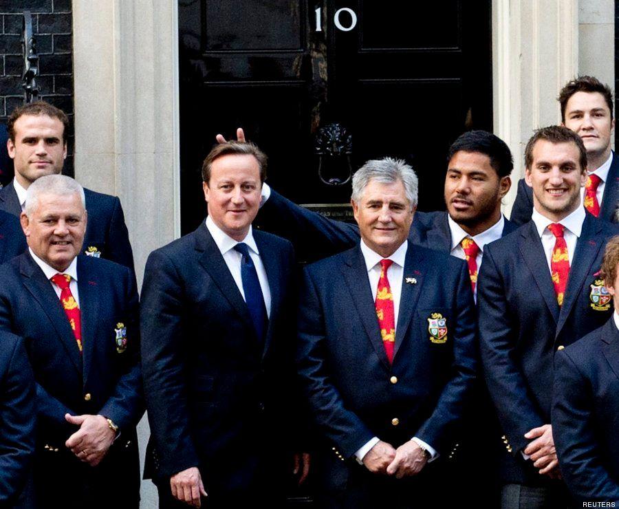 Un jugador de la selección inglesa de rugby le pone los 'cuernos' a David Cameron