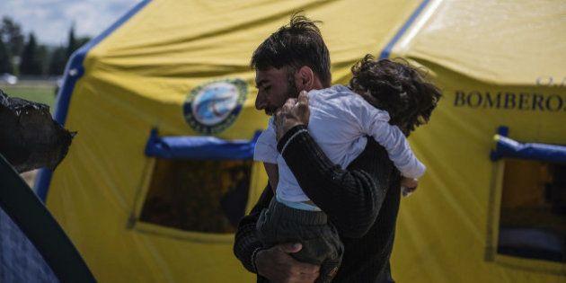Llega a España Osman, el niño refugiado que sufre parálisis