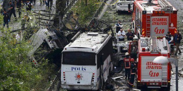 Un coche bomba al paso de un autobús policial deja al menos once muertos en