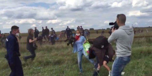 La reportera que pateó refugiados gana un premio por un