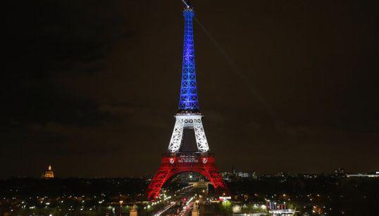 La Torre Eiffel ilumina de nuevo París
