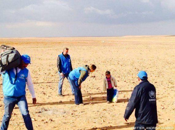 Marwan, un niño sirio de 4 años, cruza la frontera con Jordania separado de su