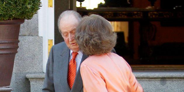 El beso de la reina a don Juan Carlos
