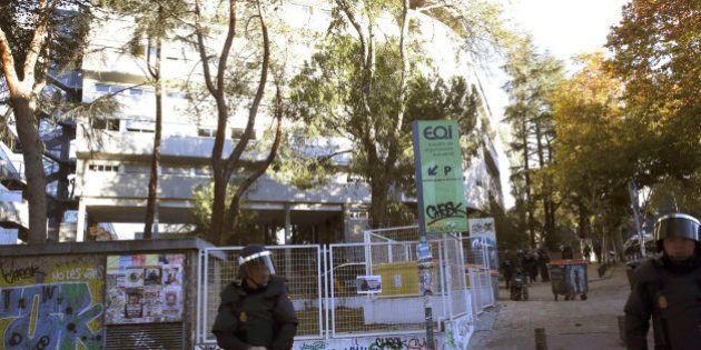 La Policía detiene a 75 personas en el desalojo del colegio mayor 'Johnny' de
