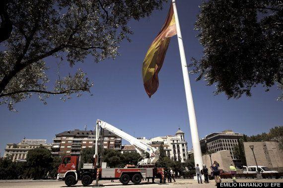Se cae al suelo la bandera de España de la Plaza de Colón en Madrid
